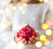 有圣诞节球的孩子 免版税库存照片