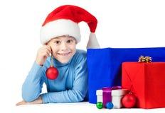 有圣诞节球的愉快的男孩 免版税库存照片