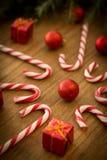 有圣诞节球的棒棒糖 库存照片
