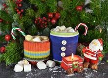 有圣诞节的两个杯子喝,蜡烛和圣诞老人 免版税库存照片