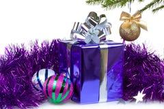有圣诞节礼品和装饰的配件箱 库存照片