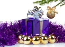 有圣诞节礼品和装饰的配件箱 图库摄影