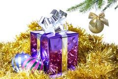 有圣诞节礼品和装饰的配件箱 免版税图库摄影