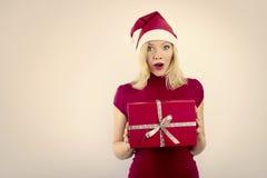 有圣诞节礼品的俏丽的微笑的妇女 免版税库存照片