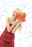 有圣诞节礼品的妇女。 雪剥落 免版税库存图片