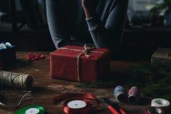 有圣诞节礼品的妇女 库存图片
