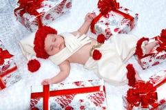 有圣诞节礼品的新出生的男婴圣诞老人 库存图片