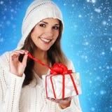 有圣诞节礼物的一个年轻人和逗人喜爱的浅黑肤色的男人 库存照片