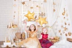 有圣诞节礼物的两个姐妹 免版税库存照片