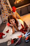 有圣诞节礼物的俏丽的妇女 免版税库存图片