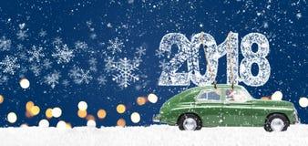 有圣诞节礼物的减速火箭的玩具汽车 免版税库存图片