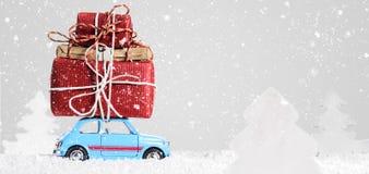 有圣诞节礼物的减速火箭的玩具汽车 向量例证