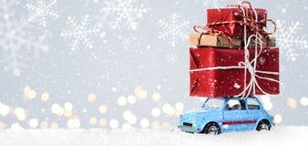 有圣诞节礼物的减速火箭的玩具汽车 库存图片