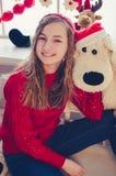 有圣诞节礼物的十几岁的女孩 图库摄影