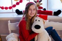 有圣诞节礼物的十几岁的女孩 库存照片