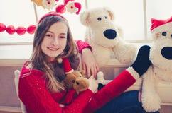 有圣诞节礼物的十几岁的女孩 免版税图库摄影