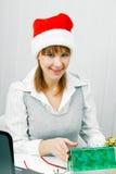 有圣诞节礼物的可爱的女孩 免版税库存图片