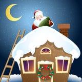 有圣诞节礼物的圣诞老人在屋顶 免版税图库摄影