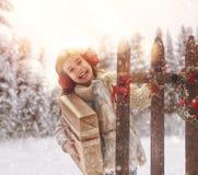 有圣诞节礼物的女孩在冬天步行 库存图片