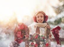 有圣诞节礼物的女孩在冬天步行 库存照片