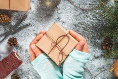 有圣诞节礼物的女孩手 库存图片