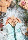有圣诞节礼物的女孩手 库存照片