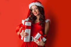 有圣诞节礼物的妇女 免版税库存照片