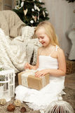 有圣诞节礼物的孩子 免版税库存图片