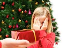 有圣诞节礼物的小逗人喜爱的女孩 免版税图库摄影