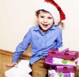 有圣诞节礼物的小逗人喜爱的男孩在家 关闭情感 库存照片