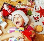 有圣诞节礼物的小逗人喜爱的男孩在家 关闭情感 免版税库存照片