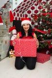 有圣诞节礼物的快乐的妇女 免版税图库摄影
