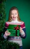 有圣诞节礼物的惊奇的少妇。新年。 免版税图库摄影