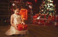 有圣诞节礼物的愉快的儿童女孩在家 免版税库存图片
