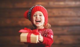 有圣诞节礼物的愉快的儿童女孩 库存照片