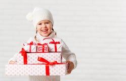 有圣诞节礼物的愉快的儿童女孩 库存图片