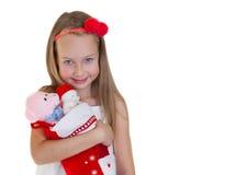 有圣诞节礼物的愉快的小女孩 免版税库存照片