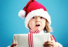 有圣诞节礼物的愉快的小孩女孩 免版税图库摄影