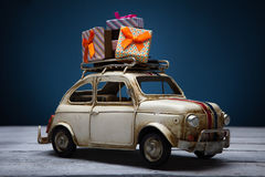 有圣诞节礼物的玩具汽车 免版税库存照片