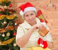 有圣诞节礼物的祖母 免版税库存照片