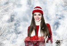 有圣诞节礼物的美丽的少妇 免版税库存图片