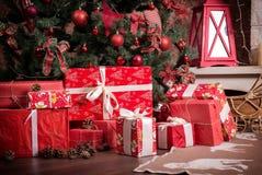 有圣诞节礼物的许多箱子在圣诞树下 免版税库存照片