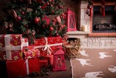 有圣诞节礼物的许多箱子在圣诞树下 库存照片