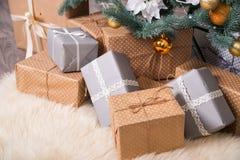 有圣诞节礼物的许多箱子在圣诞树下 库存图片