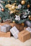 有圣诞节礼物的许多箱子在圣诞树下 图库摄影