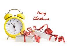 有圣诞节礼物的闹钟 免版税库存图片