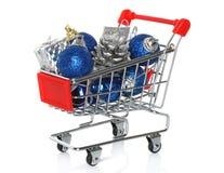 有圣诞节礼物的购物车 免版税库存照片