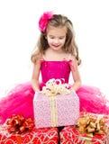 有圣诞节礼物盒的惊奇的可爱的小女孩 库存图片