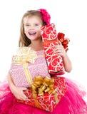 有圣诞节礼物盒的愉快的可爱的小女孩 免版税库存图片