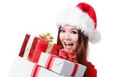 有圣诞节礼物盒的愉快的圣诞老人妇女 免版税图库摄影